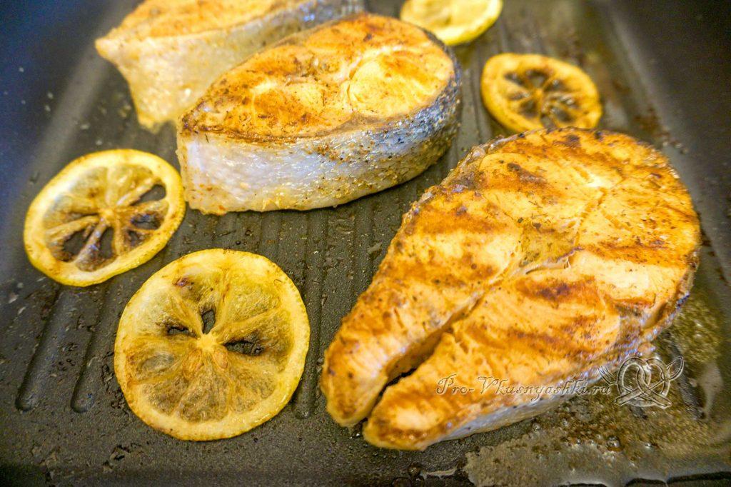 Стейк из лосося на сковороде гриль в медовом соусе - обжариваем рыбу с другой стороны