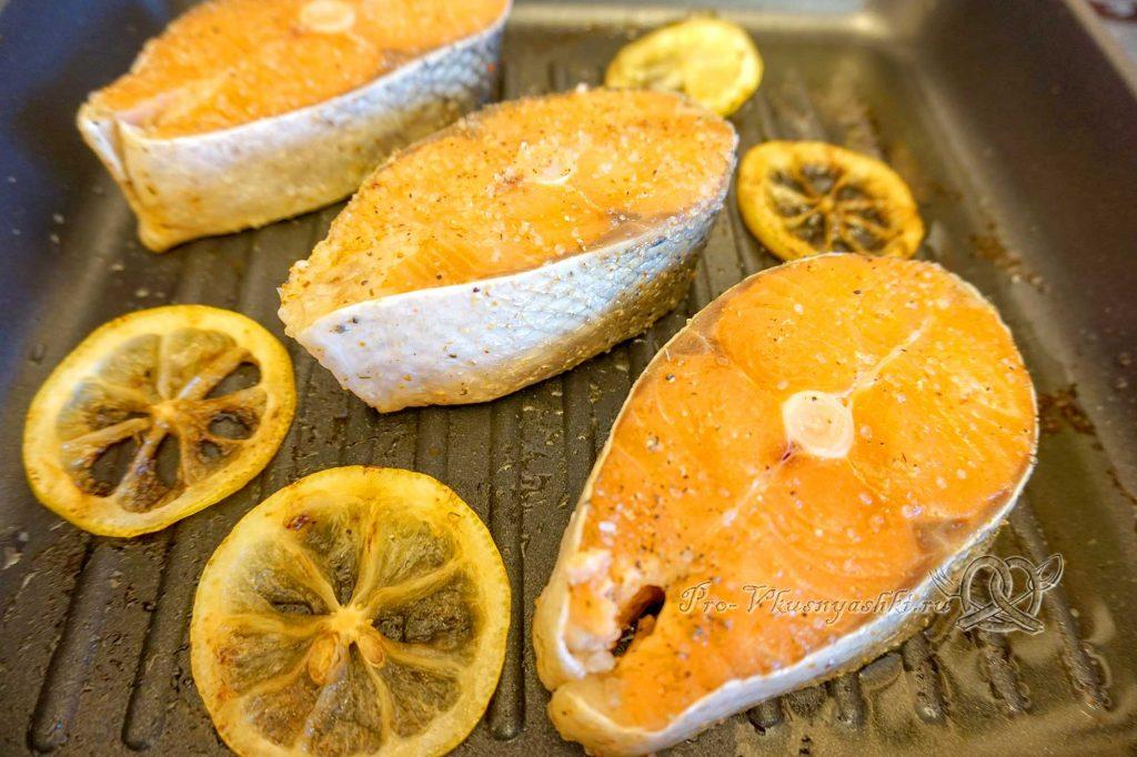 Стейк из лосося на сковороде гриль в медовом соусе - обжариваем рыбу с одной стороны