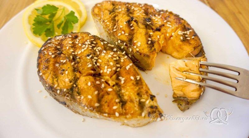 Стейк из лосося на сковороде гриль в медовом соусе - подача