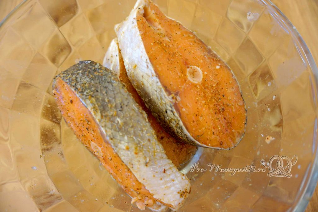 Стейк из лосося на сковороде гриль в медовом соусе - посыпаем рыбу специями