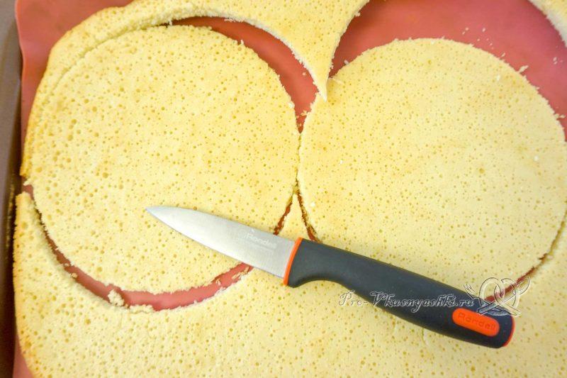 Торт Фрезье с клубникой - вырезаем коржи из бисквита