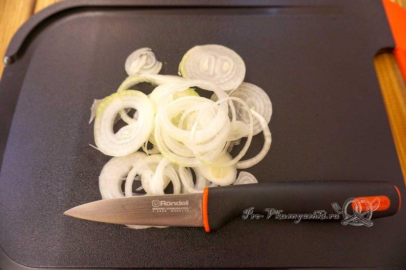 Форель на сковороде гриль - нарезаем лук
