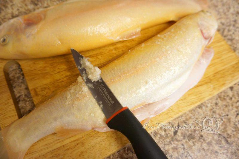 Форель на сковороде гриль - очищаем форель от чешуи