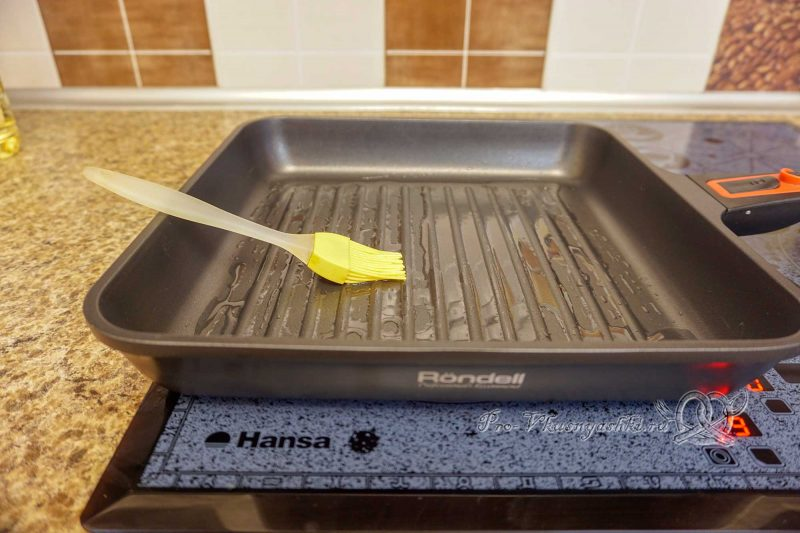 Форель на сковороде гриль - смазываем сковороду маслом