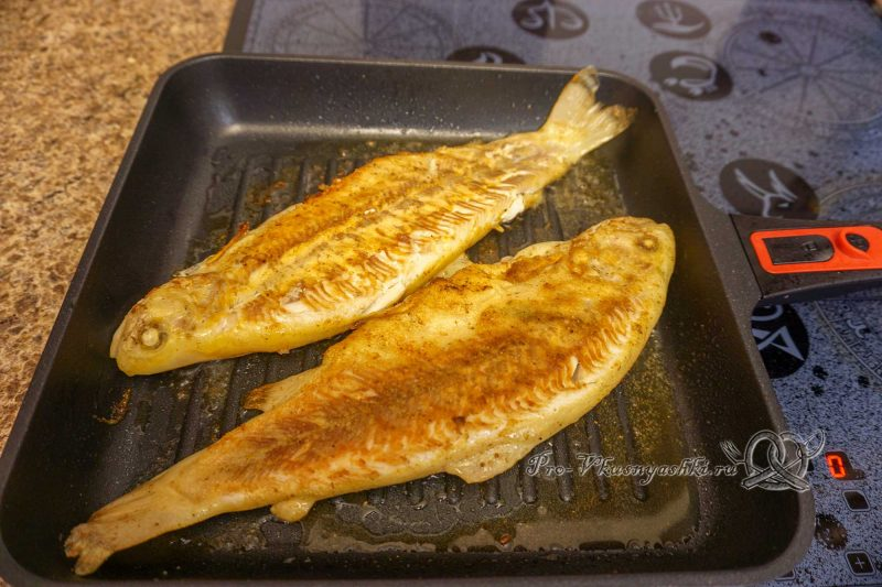 Форель на сковороде гриль - жарим рыбу с другой стороны