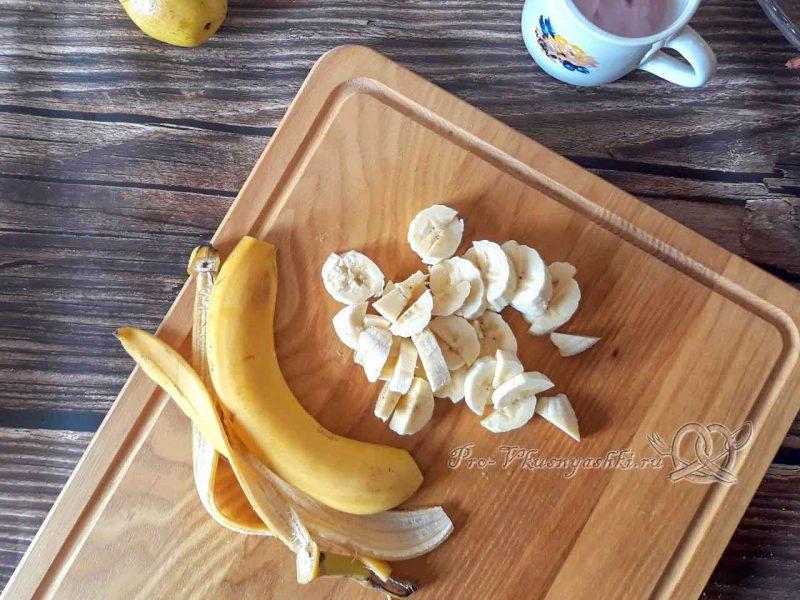 Фруктовый салат с йогуртом - нарезаем банан