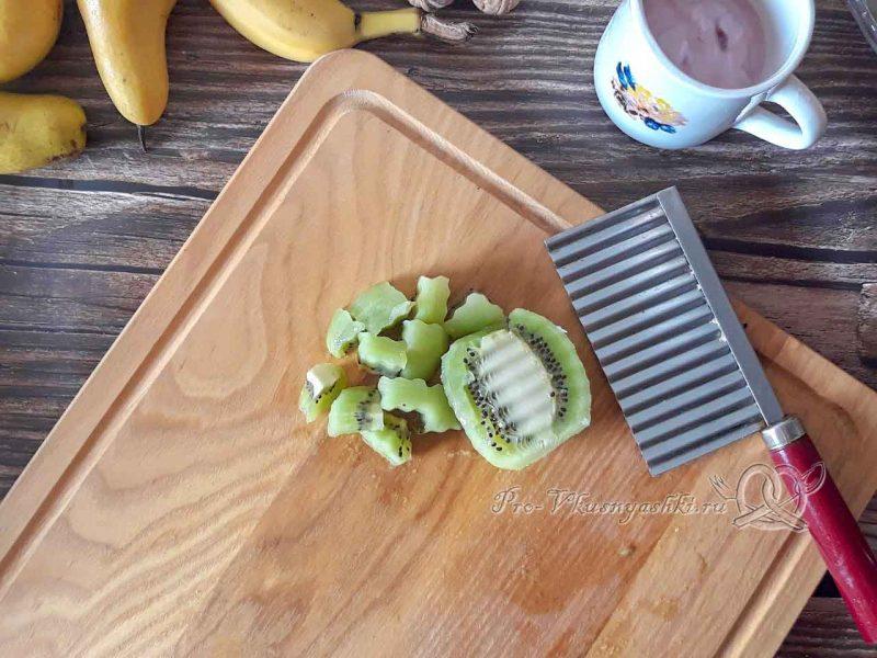 Фруктовый салат с йогуртом - нарезаем киви