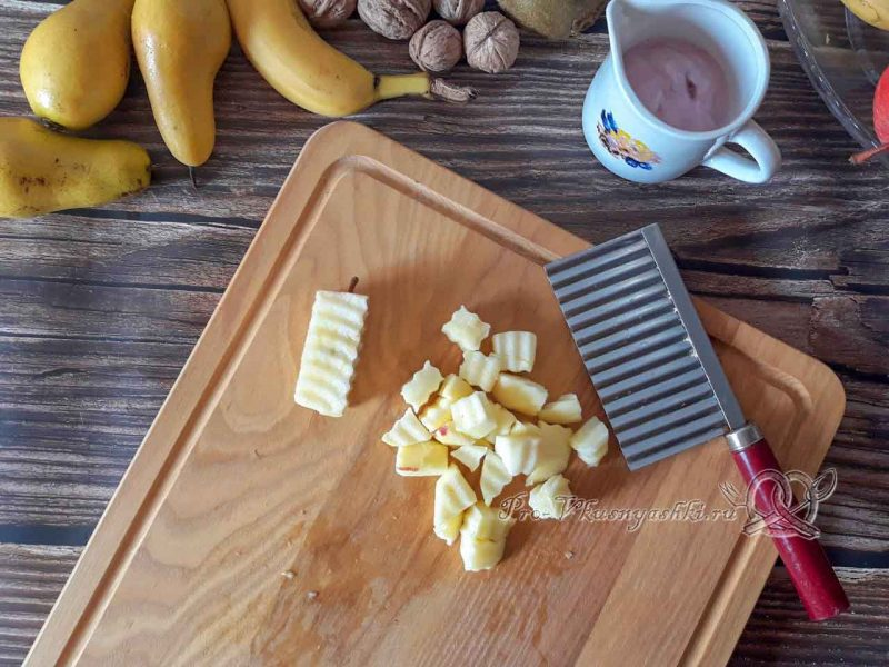 Фруктовый салат с йогуртом - нарезаем яблоко