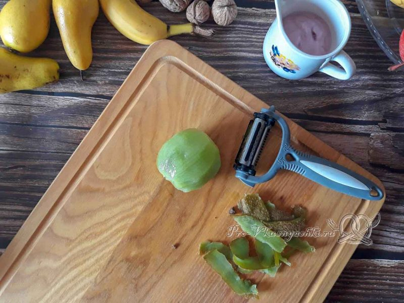 Фруктовый салат с йогуртом - очищаем киви