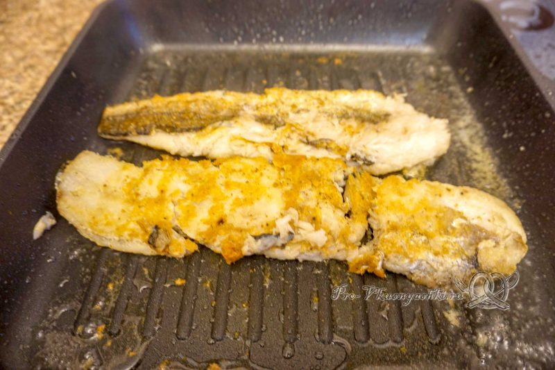 Хек на сковороде гриль - обжариваем рыбу с другой стороны