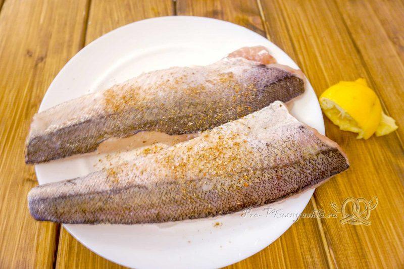 Хек на сковороде гриль - посыпаем рыбу специями и солью