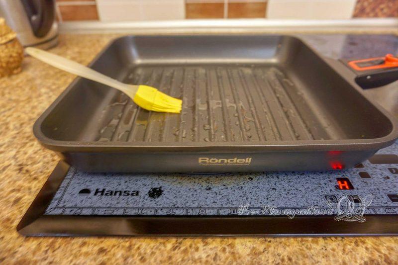 Минтай на сковороде гриль - смазываем сковороду маслом