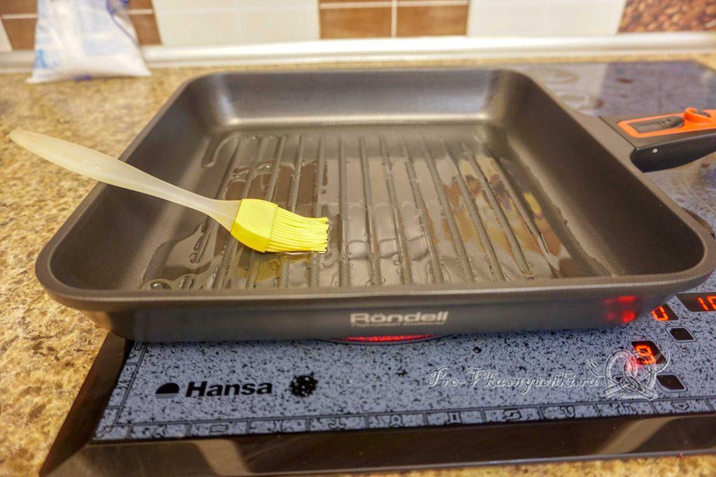 Картофель на сковороде гриль - смазываем сковороду маслом