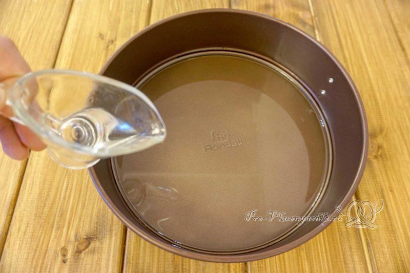 Пампушки с чесноком к борщу - смазываем форму маслом