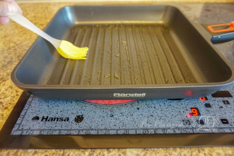 Помидоры на сковороде гриль - смазываем сковороду маслом