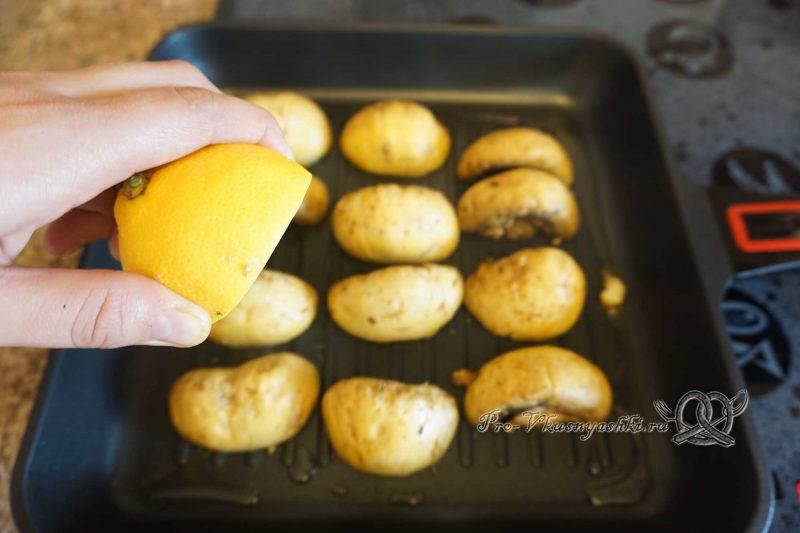 Шампиньоны на сковороде гриль - сбрызгиваем грибы лимонным соком