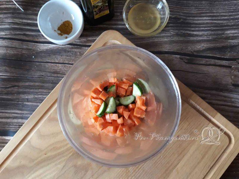 Смузи из овощей в блендере - помещаем овощи в чашу блендера