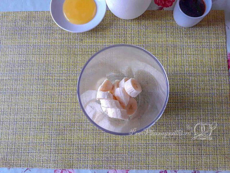 Смузи с бананом и молоком - помещаем банан в блендер