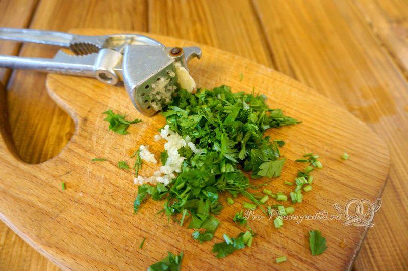 Стейк из свинины на сковороде гриль с белым соусом - измельчаем зелень и чеснок