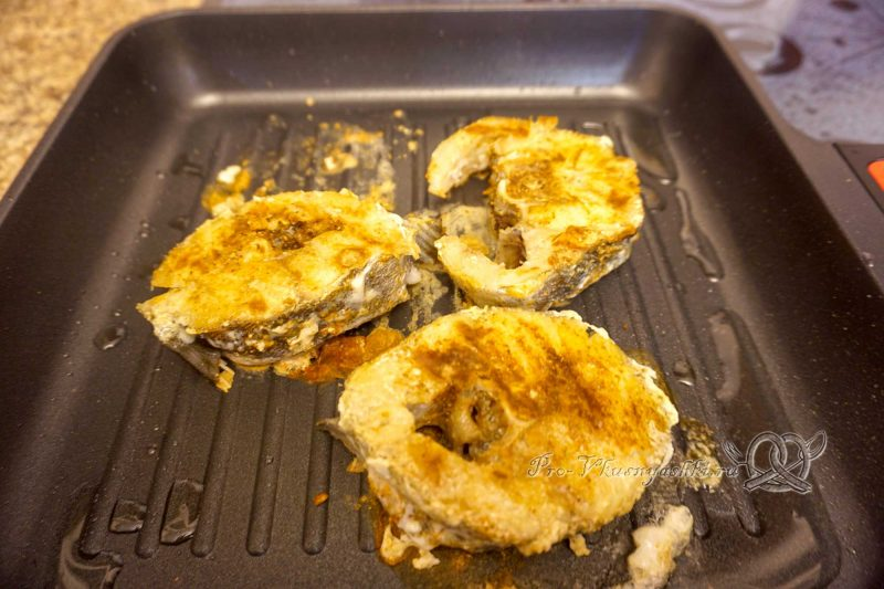 Стейк трески на сковороде гриль - обжариваем рыбу с другой стороны