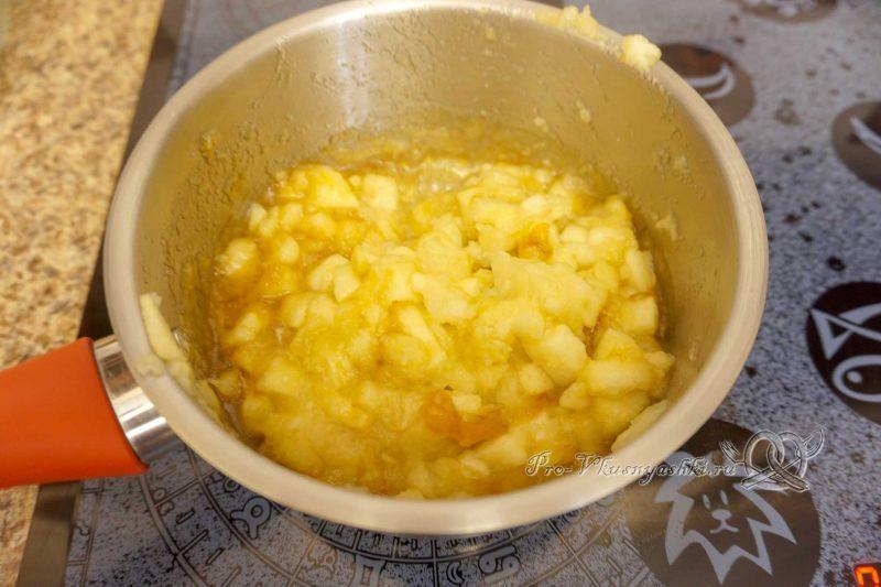 Торт с яблоками и белым шоколадом - добавляем яблоки в карамель