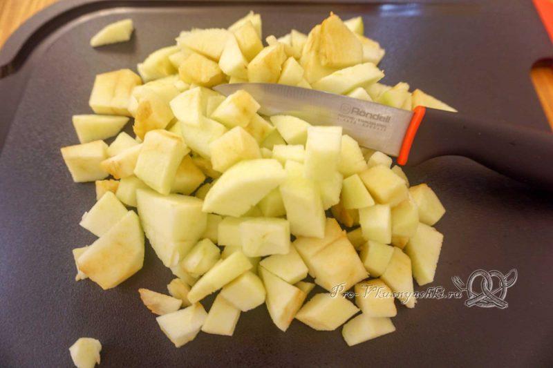Торт с яблоками и белым шоколадом - нарезаем яблоки
