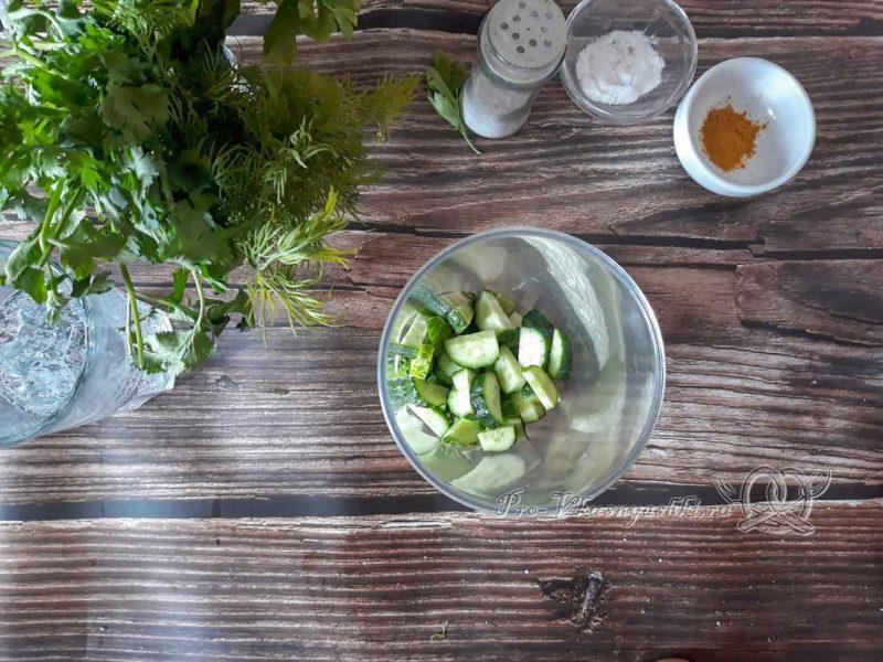 Зеленый смузи для похудения - помещаем огурцы в чашу блендера