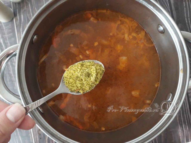 Суп с клецками - добавляем специи в бульон