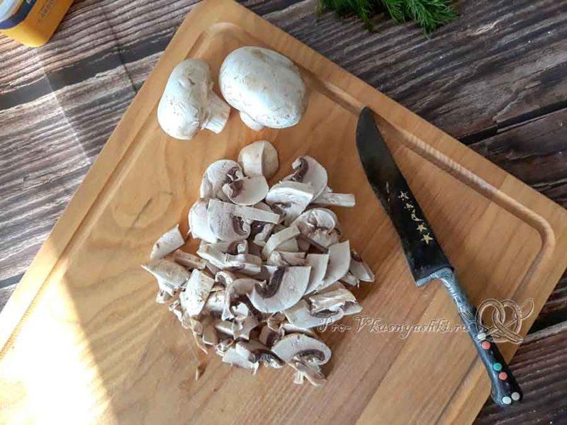 Сырный суп с шампиньонами - нарезаем грибы