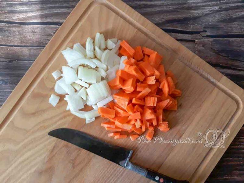 Сырный суп с шампиньонами - нарезаем морковь и лук