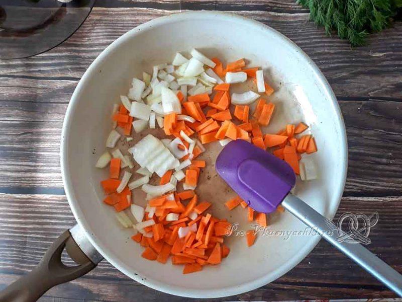 Сырный суп с шампиньонами - обжариваем морковь и лук