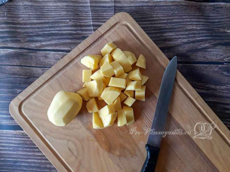 Крем-суп из цветной капусты со сливками - нарезаем картофель