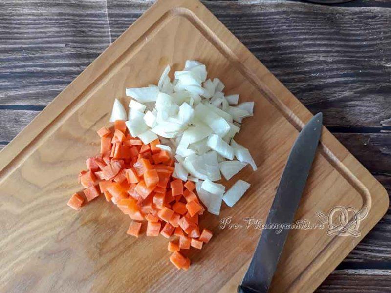 Крем-суп из цветной капусты со сливками - нарезаем лук и морковь
