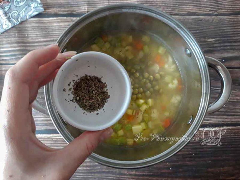 Овощной крем-суп со сливками - добавляем специи в суп