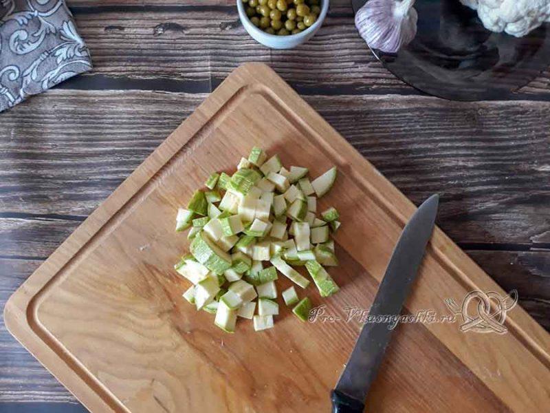 Овощной крем-суп со сливками - нарезаем кабачок
