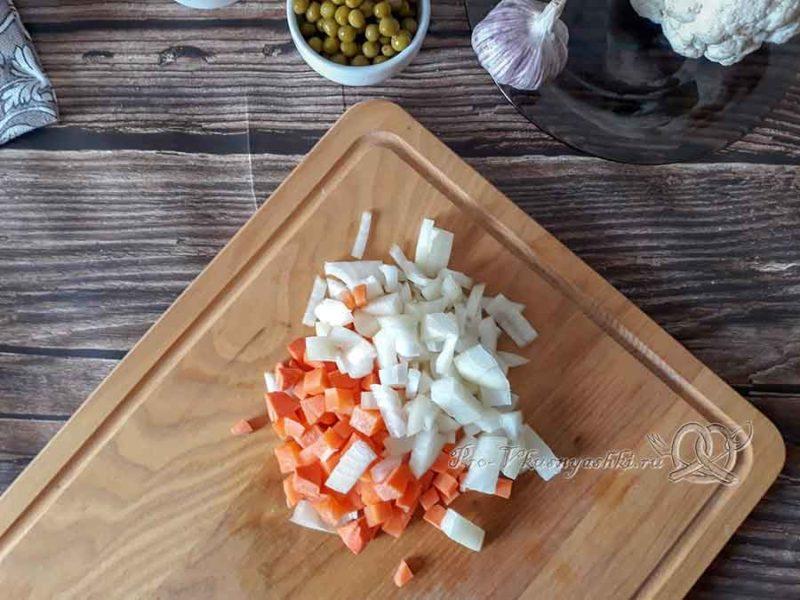 Овощной крем-суп со сливками - нарезаем лук и морковь