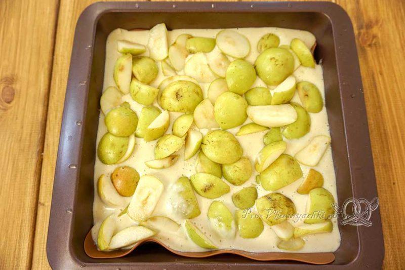 Шарлотка с грушами в духовке - выкладываем груши на тесто
