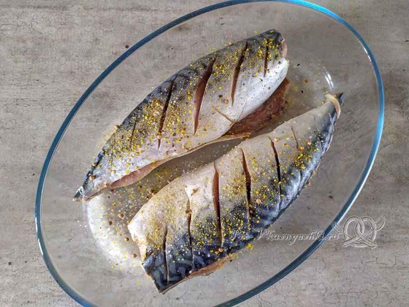 Скумбрия запеченная в духовке в фольге - солим и перчим рыбу