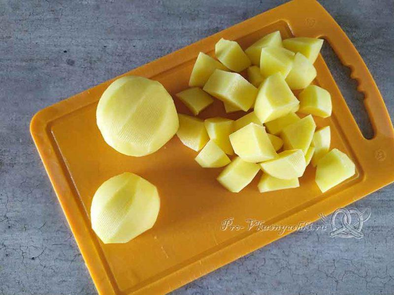 Суп из цветной капусты с зеленым горошком - нарезаем картофель