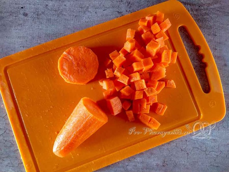 Суп из цветной капусты с зеленым горошком - нарезаем морковь