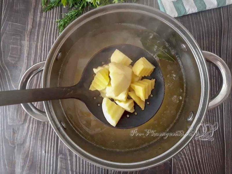 Сырный суп-пюре с курицей и плавленным сыром - добавляем картофель в суп
