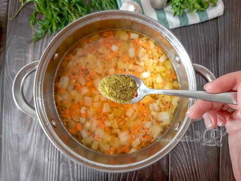 Сырный суп-пюре с курицей и плавленным сыром - добавляем специи в суп