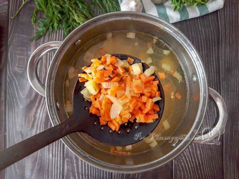 Сырный суп-пюре с курицей и плавленным сыром - добавляем зажарку в суп