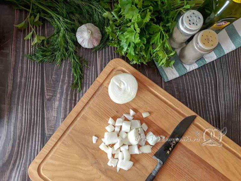 Сырный суп-пюре с курицей и плавленным сыром - нарезаем лук
