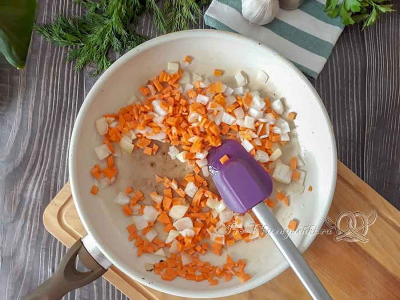 Сырный суп-пюре с курицей и плавленным сыром - обжариваем лук и морковь