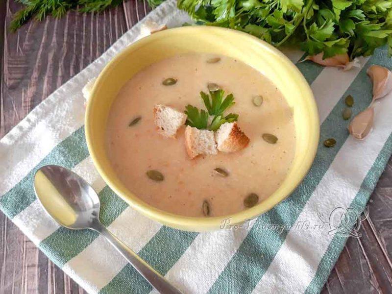 Сырный суп-пюре с курицей и плавленным сыром - подача