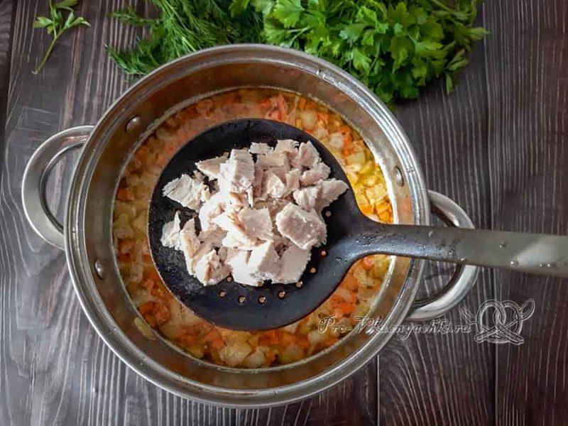 Сырный суп с курицей и плавленным сыром - добавляем курицу в суп