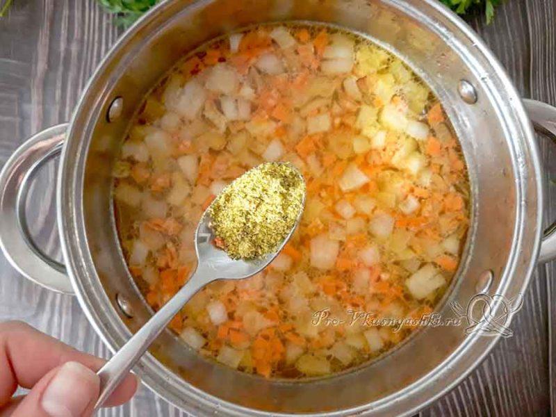 Сырный суп с курицей и плавленным сыром - добавляем приправу в суп