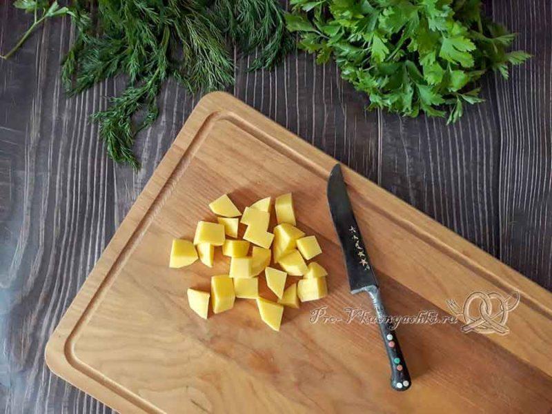 Сырный суп с курицей и плавленным сыром - нарезаем картофель