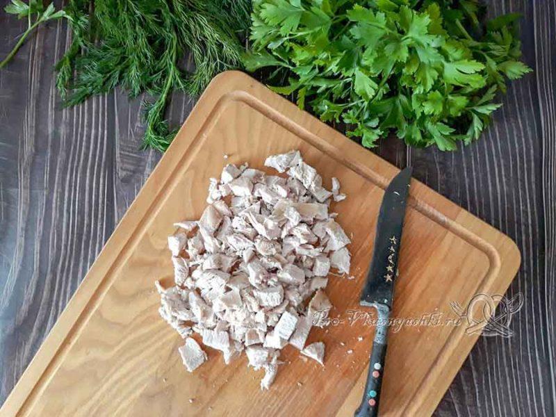 Сырный суп с курицей и плавленным сыром - нарезаем курицу
